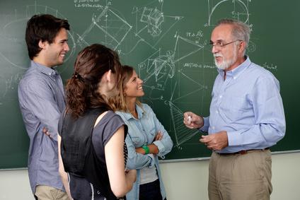 Um nebenberuflich als Dozent arbeiten zu können, müssen gewisse rechtliche und steuerliche Vorgaben beachtet werden.