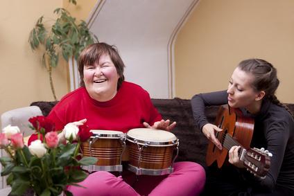 Sonderpädagogen arbeiten mit behinderten Menschen.